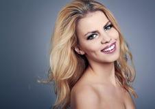 Härlig ung kvinna med blont hår Arkivbild