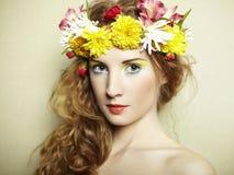 Härlig ung kvinna med delikat blommor i deras hår royaltyfria bilder