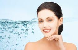 Härlig ung kvinna med den ansikts- maskeringen för collagen royaltyfria foton