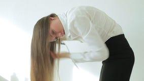 Härlig ung kvinna med den hårtorken och borsten stock video