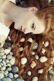 Härlig ung kvinna med den ovanliga frisyren på stranden Royaltyfri Fotografi