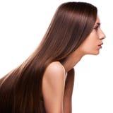 Härlig ung kvinna med elegantt långt skina hår arkivbild