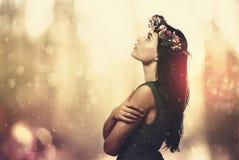 Härlig ung kvinna med en girland arkivfoton
