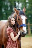Härlig ung kvinna med en häst royaltyfri foto