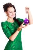 Härlig ung kvinna med en julstruntsak royaltyfri foto
