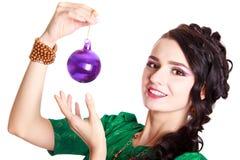 Härlig ung kvinna med en julstruntsak arkivfoton