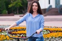 Härlig ung kvinna med en tappningcykel Royaltyfri Fotografi