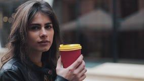 Härlig ung kvinna med ett attraktivt utseende, en förtjusande blick och ett höstomslag i staden Förbluffa sikt av lager videofilmer