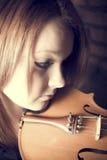 Härlig ung kvinna med fioler Royaltyfri Fotografi