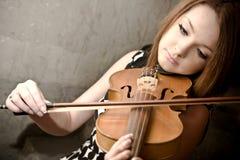 Härlig ung kvinna med fioler Royaltyfri Foto