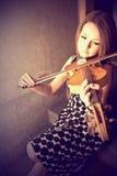 Härlig ung kvinna med fioler Arkivbild