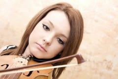 Härlig ung kvinna med fioler Fotografering för Bildbyråer