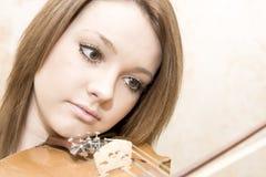 Härlig ung kvinna med fioler Royaltyfria Foton