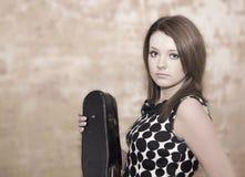 Härlig ung kvinna med fioler Royaltyfri Bild
