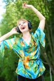 Härlig ung kvinna med hörlurar royaltyfri fotografi