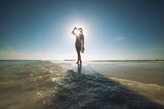 Härlig ung kvinna med hatten på den vita stranden, härligt landskap med kvinnan i Maldiverna, tropiskt paradis royaltyfri bild
