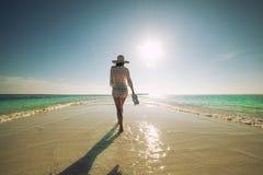 Härlig ung kvinna med hatten på den vita stranden, härligt landskap med kvinnan i Maldiverna, tropiskt paradis fotografering för bildbyråer