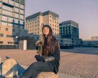 Härlig ung kvinna med hennes saxofon Arkivfoto