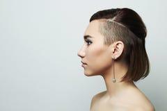 Härlig ung kvinna med kort frisyr frisyr söt flicka arkivbild