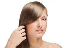 Härlig ung kvinna med långt blankt hår royaltyfri foto