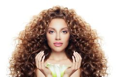 Härlig ung kvinna med långt lockigt hår, klar hud och liljablomman som isoleras på vit arkivbild