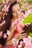 Härlig ung kvinna med långt mörkt hår Arkivbild