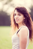 Härlig ung kvinna med långt mörkt hår royaltyfria bilder