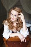 Härlig ung kvinna med långt rött curvy hår Arkivbild