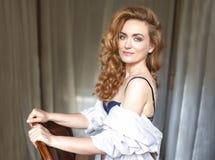 Härlig ung kvinna med långt rött curvy hår royaltyfria foton