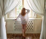 Härlig ung kvinna med långt rött curvy hår royaltyfri fotografi