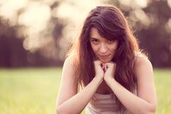 Härlig ung kvinna med långt svart hår i trädgården Arkivbilder