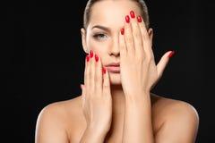 Härlig ung kvinna med ljus manikyr Spika polska trender royaltyfria foton