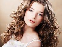 Härlig ung kvinna med lockigt hår royaltyfri fotografi