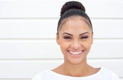 Härlig ung kvinna med lyckligt uttryck royaltyfri bild