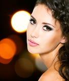 Härlig ung kvinna med modemakeup Fotografering för Bildbyråer