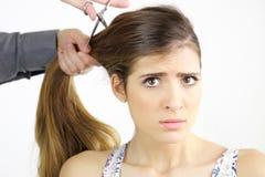 Härlig ung kvinna med mycket svikit långt hår, medan få frisyr arkivfoto