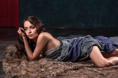 Härlig ung kvinna med naturlig smink- och hårstil som poserar naken beläggning med den gråa torkduken Arkivbilder