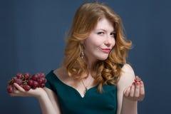 Härlig ung kvinna med röda hår Fotografering för Bildbyråer