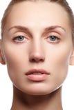 Härlig ung kvinna med ren ny hudnärbild Härligt kvinnaframsidaslut upp studio på vit Ung kvinna med kosmetisk cre Royaltyfria Bilder