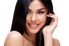 Härlig ung kvinna med rent sunt hår arkivbilder