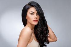 Härlig ung kvinna med rent sunt lockigt hår arkivbild