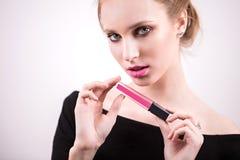 Härlig ung kvinna med rosa läppstift på vit bakgrund Sexig blond flicka som ser kameran Skönhetsmedel kantglans, ansiktsbehandlin royaltyfri fotografi