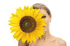 Härlig ung kvinna med solrosen i henne händer Royaltyfri Fotografi