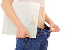 Härlig ung kvinna med stora jeans och håll vågen Fotografering för Bildbyråer