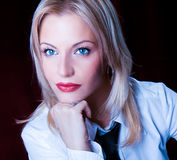 Härlig ung kvinna med tien och röd läppstift Royaltyfri Fotografi