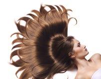 Ung kvinna med härligt långt hår arkivbild