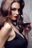 Härlig ung kvinna med vinexponeringsglas arkivbild