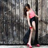 Härlig ung kvinna, modell av mode, med mycket långa ben Royaltyfria Bilder
