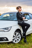Härlig ung kvinna nära den vita bilen Arkivbilder