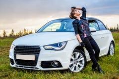 Härlig ung kvinna nära den vita bilen Arkivfoton